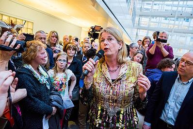 """""""Het onderwerp klimaat hóórt bij de stad van vrede en recht"""". De kersverse burgemeester spreekt ons toe in het atrium van het Stadhuis Den Haag."""