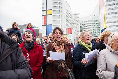 Op het plein achter het stadhuis smeerden we onze stembanden. Op de achtergrond de tijdelijke 'Mondriaan'.