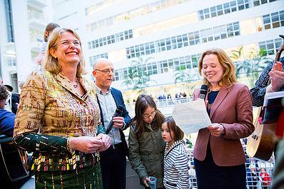"""Femke Sleegers (Den Haag Fossielvrij) aan Pauline Krikke: """"Met dit lied zeggen we: maak háást voor het klimaat!"""""""