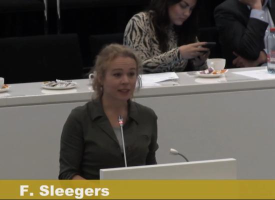 Femke Sleegers van Den Haag Fossielvrij spreekt in tegen groei van het hoofdkantoor van Shell